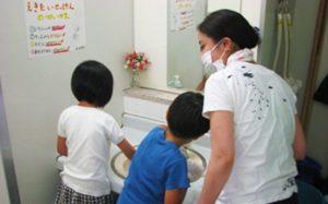 校内清掃~みんなでトイレをピカピカに!~(板付小学校PTA)