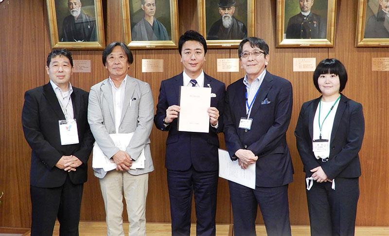 髙島市長へ緊急要望書を提出しました。