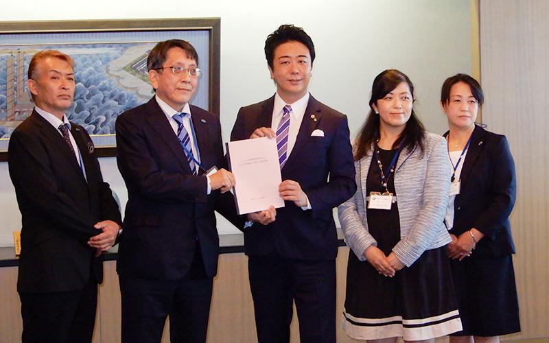 10月9日に高島市長に子ども医療費助成制度の自己負担軽減に関する要望書を提出しました。